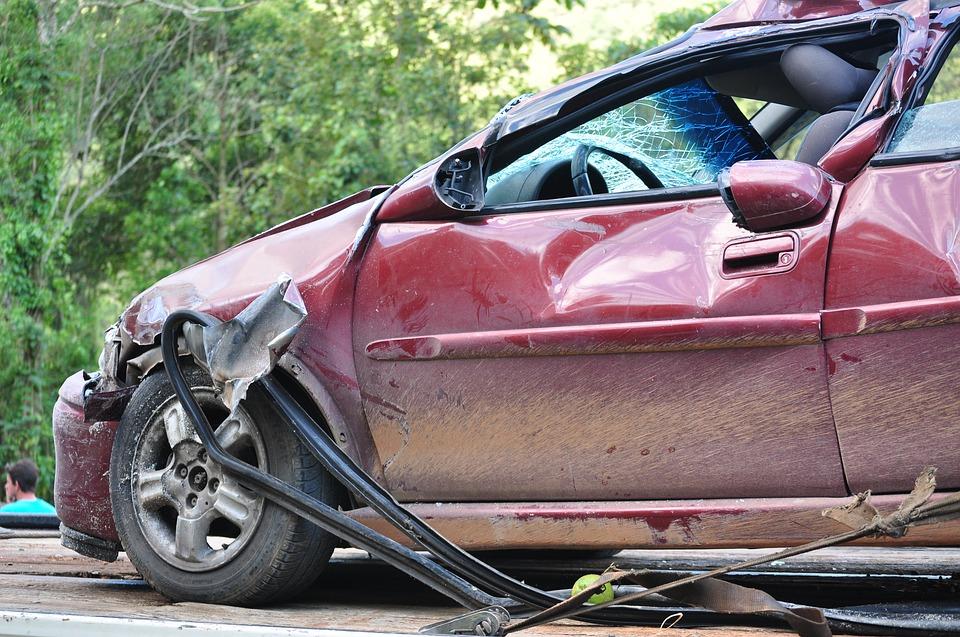 Voiture endommagée après un accident de la route
