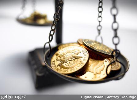 Balance avec des pièces de monnaie